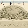 La Biblia esculpida en la arena
