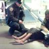 EEUU: Nueva York se conmueve ante la foto del trato humano de un policía a un indigente